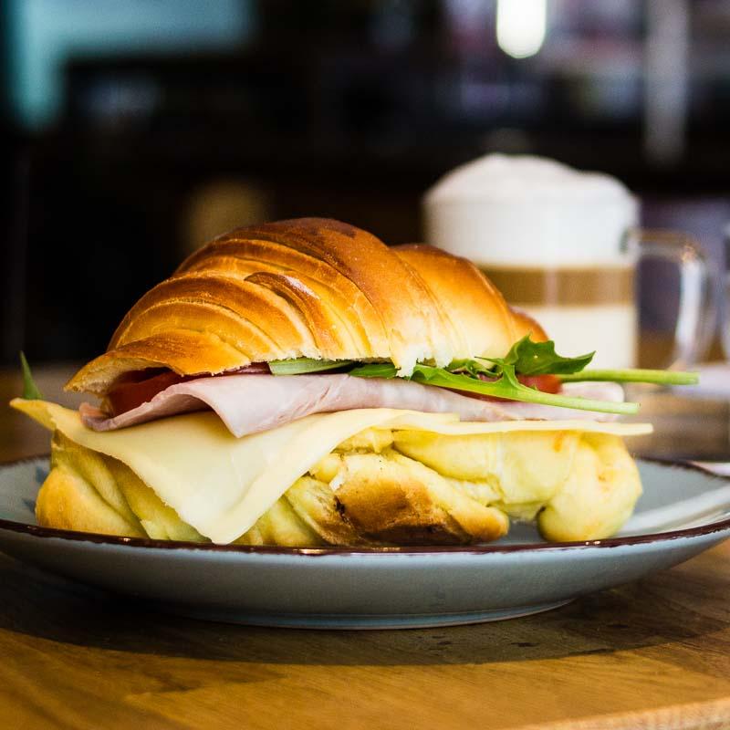 Belegtes Croissant mit Käse Schinken